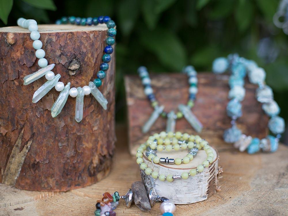 Handgemachte Schmuckstücke aus Edelsteinen und Süsswasserperlen im Gschänkli-Egge